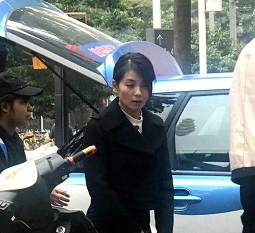 刘涛拍新戏被偶遇 头发凌乱一脸憔悴