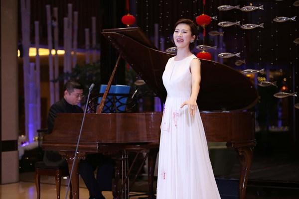 常思思出席中国风音乐会 携众古风装民歌手现场穿越大跳鸭子舞