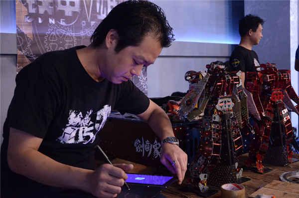 《铁甲雄心》黄健翔吴大维玩心大发 操作双足格斗机器人频摔跤