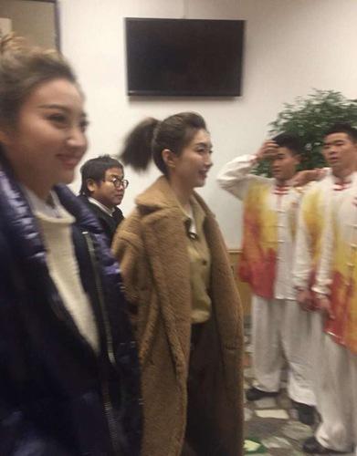 江疏影现身联排 与李易峰景甜合唱《赞赞新时代》!
