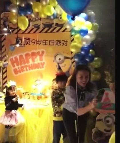 董洁为儿子办生日派对 顶顶躲妈妈身后模样乖巧!