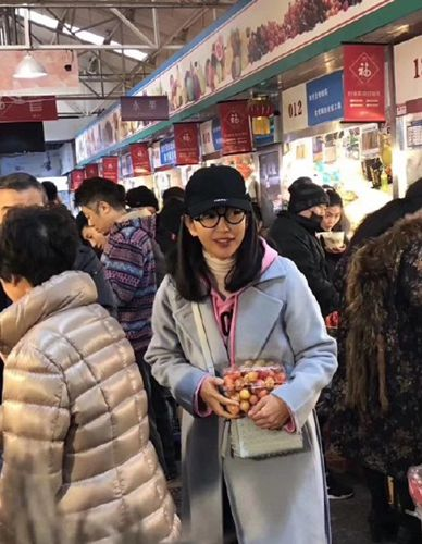 李冰冰买菜被偶遇 打扮时髦被赞似少女!