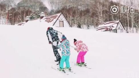 陆毅人工雪橇犬拉女儿们滑雪 父爱爆棚被赞中国好爸爸!