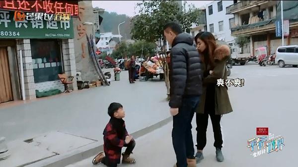 《变形计之平行世界》史上最坑娃爹妈上线  儿子摔倒不扶反调侃