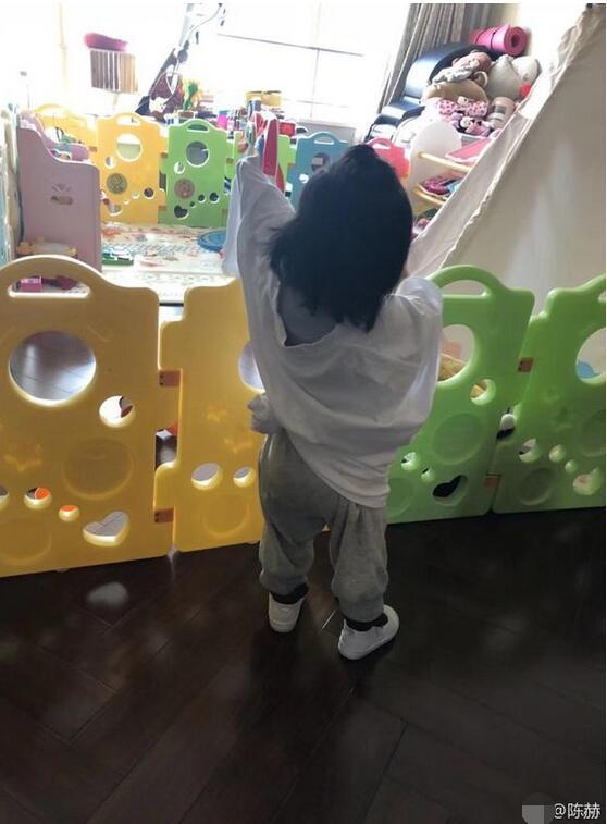 陈赫嫌弃女儿起早 网友评论亮了!