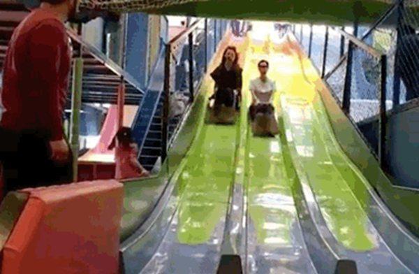 蔡少芬朱茵玩滑梯  蔡少芬实力坑娃竟把闺女整成这样!