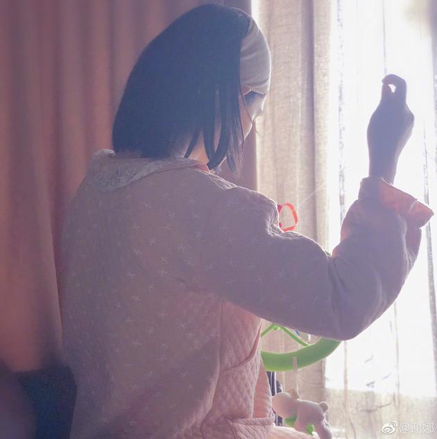 谢娜晒出这样的背影照  称是赵丽颖拍的?