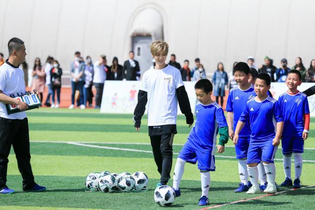 鹿晗回母校踢球  暖心鼓励小朋友