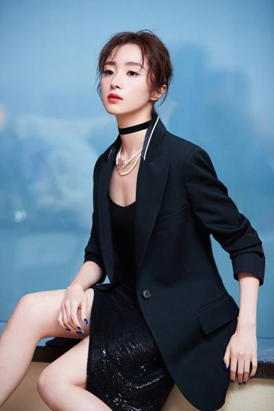胡冰卿亮相品牌活动 灵气酷girl演绎摇滚范儿
