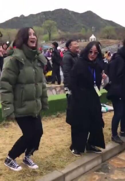 窦靖童音乐节献唱 周迅宋佳蹦迪!