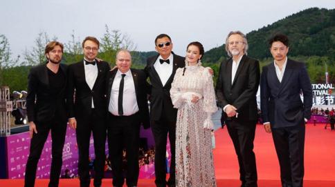 北影节举行闭幕红毯  中外知名电影人汇聚一堂星光熠熠