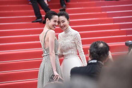 王丽坤水原希子红毯相遇 携手大笑玩亲亲超吸睛!