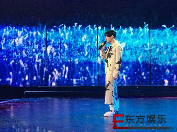 """王一浩亮相""""全球中文音乐榜上榜"""" 首唱新歌《一号情人》感动全场"""
