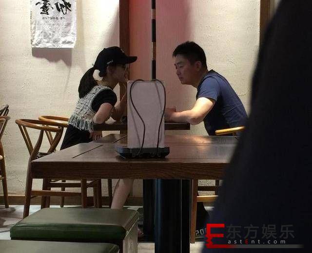 刘强东夫妻下午茶  甜蜜喂食冰激凌?
