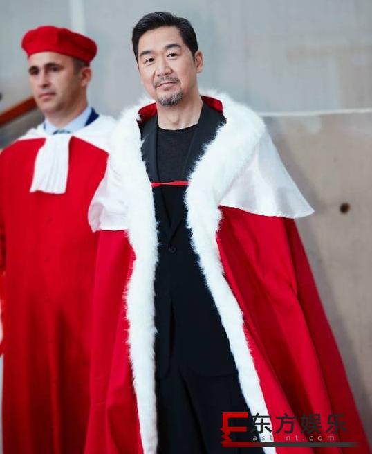 张国立喜获授勋  红袍加身儒雅风度!