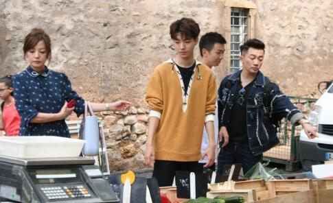赵薇王俊凯逛菜场  赵薇宽松休闲似大妈?