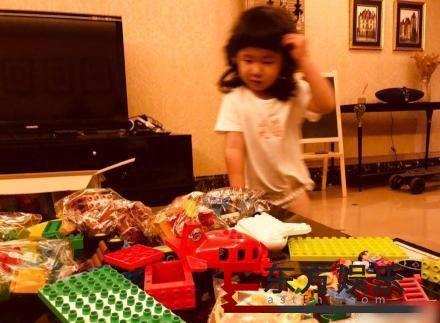 张亮晒3岁女儿  一脸萌态非常可爱!