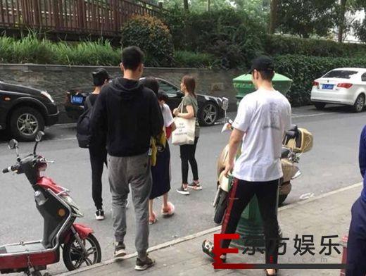 黄晓明小海绵探班baby 网友:幸福的一家人!