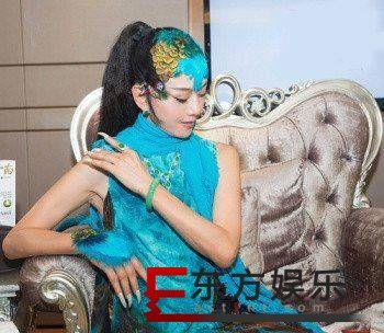 孔雀蓝、翡翠绿,这样的杨丽萍美得不像话!
