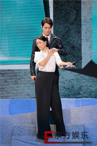 王凯携新歌登陆《跨界歌王》总决赛 曝光儿时同学录