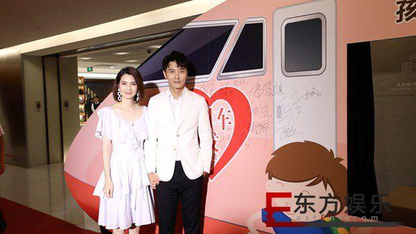 张丹峰洪欣夫妇合体出席公益活动    呼吁社会关爱留守儿童