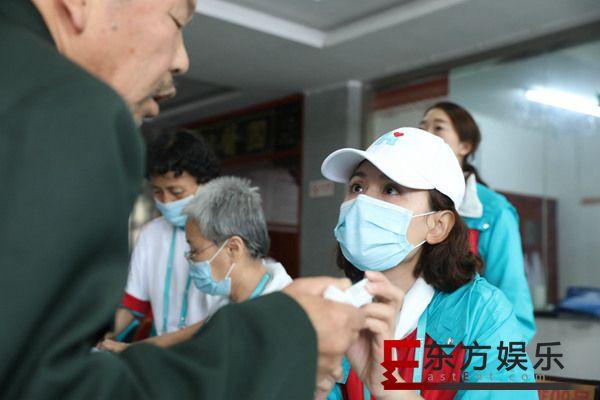 郭晓东大雨中背病患  携妻子程莉莎助力韩红爱心百人援陕