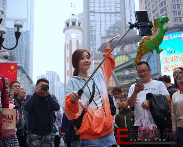 冯提莫最新单曲《青空》好评不断 长假在家乡重庆地标拍视频