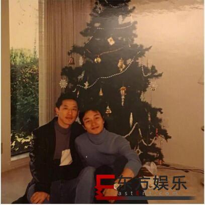 唐鹤德晒和张国荣合照 粉丝泪目:想念哥哥!