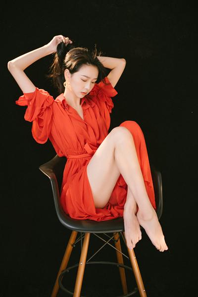邱诗媛化身复古港女郎红衣大片气场十足