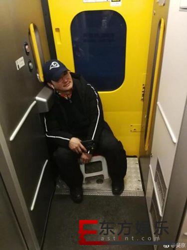 12306回应吴京带小板凳坐火车 回个家容易吗?