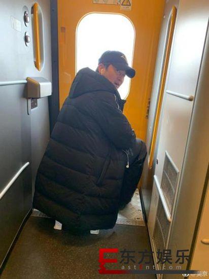 12306回应吴京带小板凳坐火车 允许但不提倡