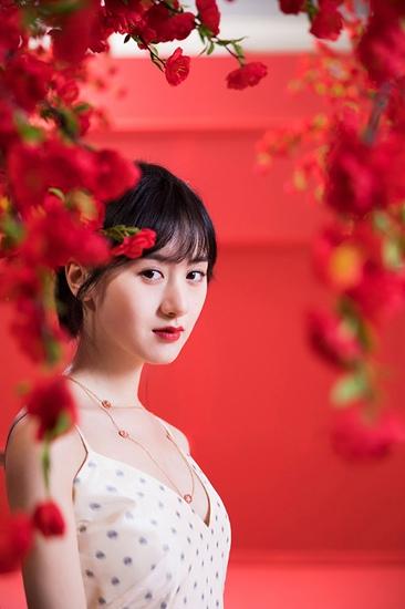袁冰妍元宵节写真曝光 明眸红唇诠释热烈少女