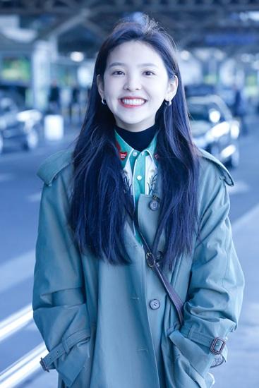 笑容太甜了!演员章若楠一身军绿风衣活力现身机场
