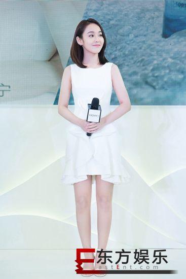 张佳宁现身品牌活动 白裙优雅亮眼气质出众