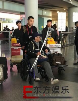 吴京坐轮椅现身 疑因拍新片《攀登者》所致!