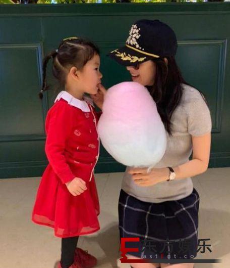 章子怡为女儿擦嘴 国际章秒变女儿奴!