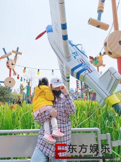 陈赫一家游迪士尼 抱着女儿留影心情颇好!