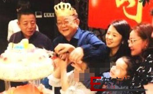 王刚全家福曝光 小儿子与混血外孙只差半岁!