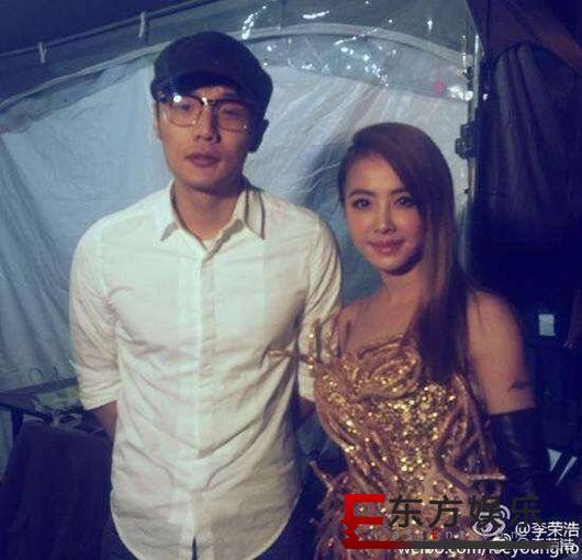 李荣浩晒与蔡依林早年合影 戴着眼镜面容青涩!