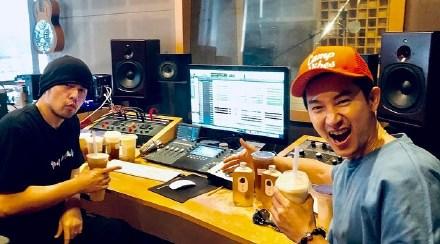 周杰伦开始录歌了 网友:只要写歌每天给你寄奶茶!