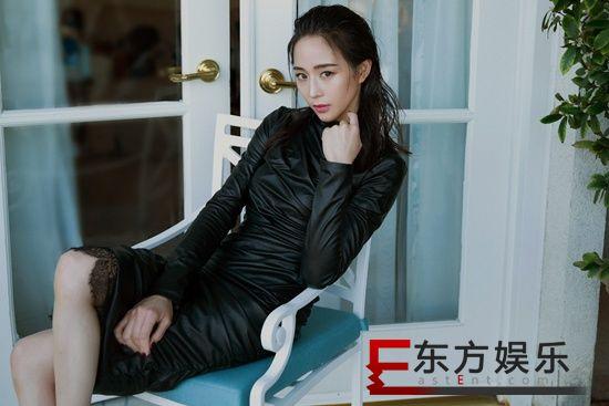 张钧甯皮质长裙诠释极简风 优雅不失率性展双面魅力