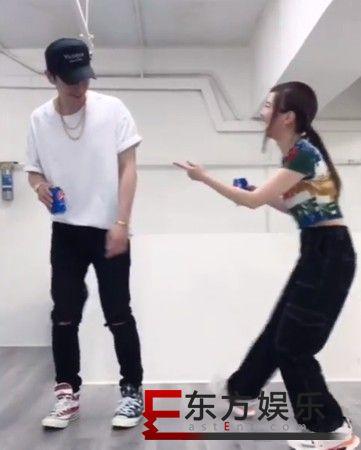 邓紫棋与男友跳舞 一边跳一边傻笑个不停!