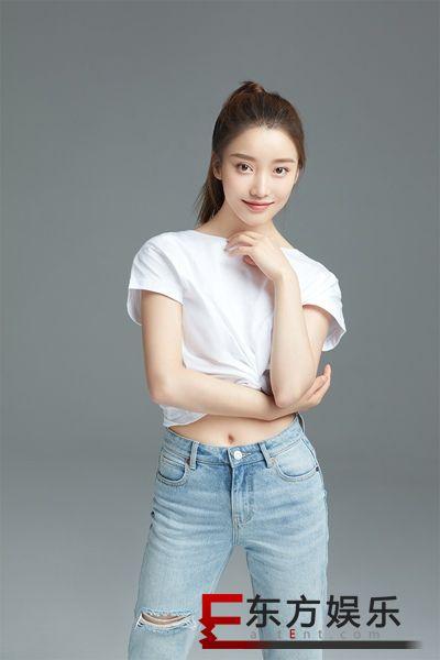 姜贞羽最新写真清新可爱  新剧热播穿搭受好评