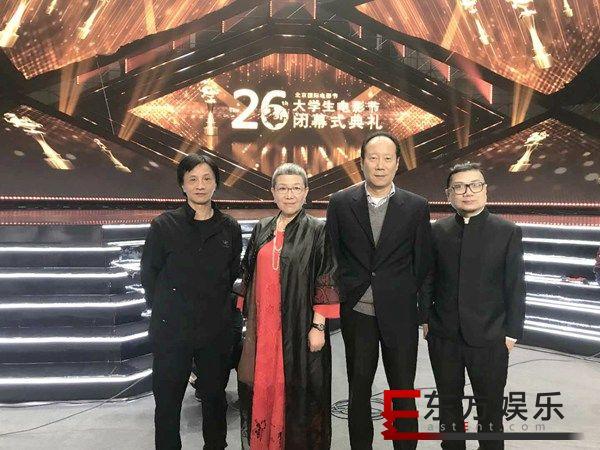《红花绿叶》亮相大学生电影节闭幕红毯 导演刘苗苗被学生疯狂安可
