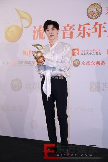 王博文获封年度魅力飞跃歌手 流行音乐年度盛典众星闪耀