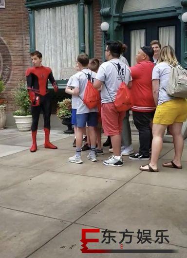 荷兰弟在迪士尼送惊喜 合影的蜘蛛侠是荷兰弟本人太接地气!
