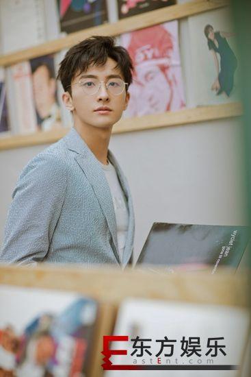 牛骏峰新写真出炉上演眼镜杀 优雅迷人展型格魅力
