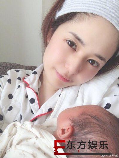 苍井空抱娃分享近况 感慨双胞胎宝宝每天都在变大!