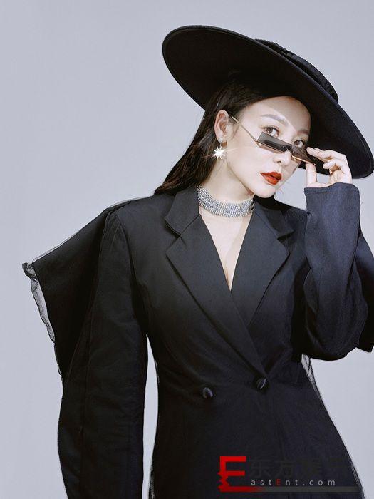 柳岩深v黑西装酷帅演绎高级诱惑  红唇复古展现摩登性感