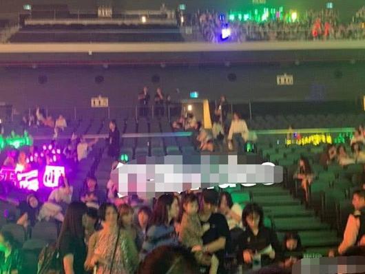 张丹峰洪欣合体现身 观看乐华十周年家族演唱会!